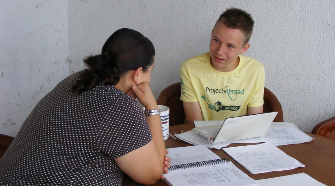 Project Abroads ungdomsvolontärer lär sig spanska när de deltar på havssköldpaddsprojektet i Mexiko.